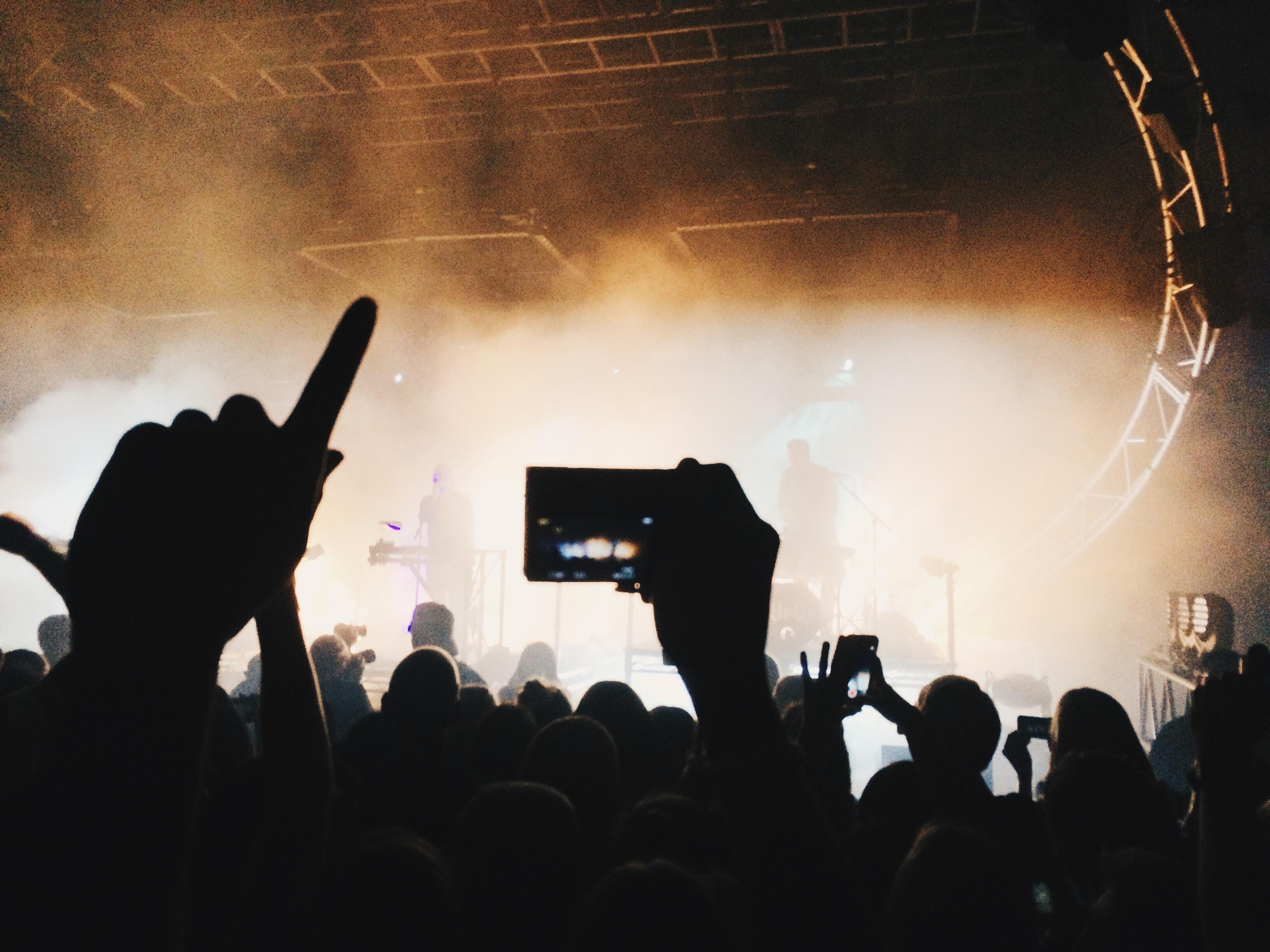 Multitud aplaudiendo en un concierto por Dom Gould